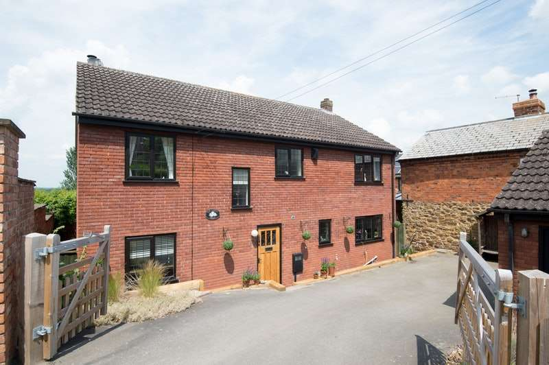 4 Bedrooms Detached House for sale in Southam Road, Napton on the Hill, Warwickshire, CV47