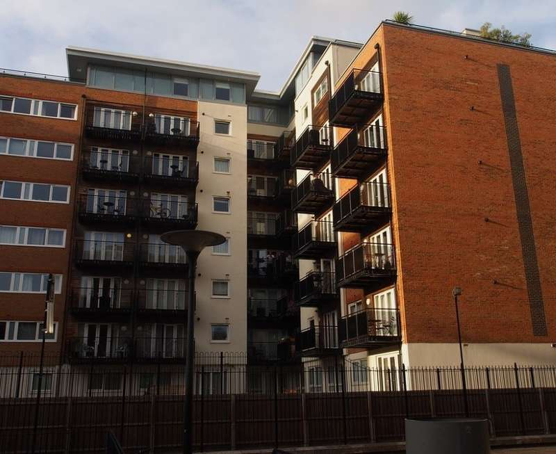 2 Bedrooms Flat for sale in Earlsfield House, Seven Kings Way, Royal Quarter, Kingston upon Thames, Surrey, KT2 5BG