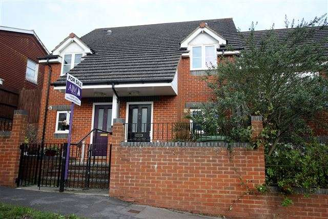 3 Bedrooms Semi Detached House for sale in Dormington Road, Paulsgrove, Portsmouth, Hampshire, PO6 4BU