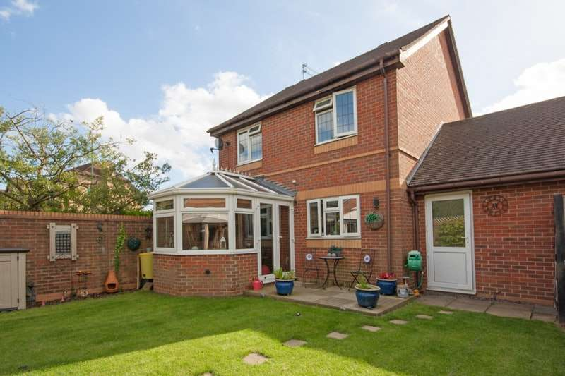 3 Bedrooms Detached House for sale in Burns Close, Horsham, West Sussex, RH12