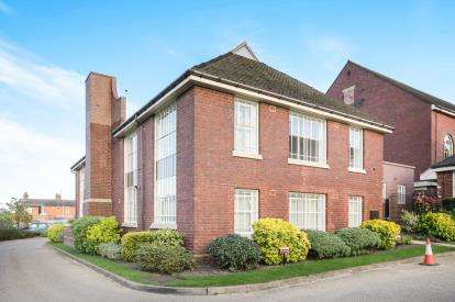 2 Bedrooms Flat for sale in Lowbridge Walk, Bilston, West Midlands