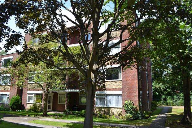 2 Bedrooms Flat for sale in Spencer Court, Woodcote Road, WALLINGTON, SM6 0PJ