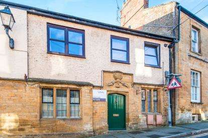 2 Bedrooms Flat for sale in Market Square, South Petherton, Somerset