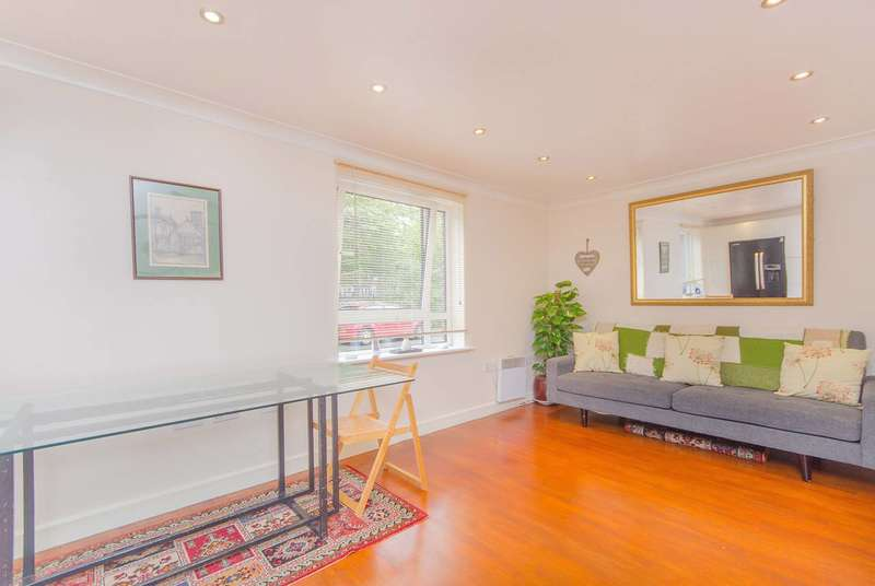 2 Bedrooms Flat for sale in Cleeve Way, Sutton, SM1