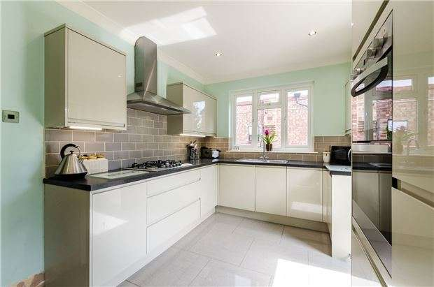 2 Bedrooms Detached Bungalow for sale in Godstone Road, KENLEY, Surrey, CR8 5AF