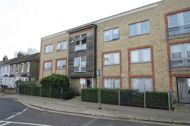 2 Bedrooms Flat for sale in 116 Victoria Road, Barking, Essex