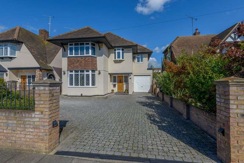 4 Bedrooms Detached House for sale in Winsford Gardens, Westcliff-On-Sea