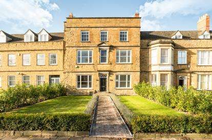 2 Bedrooms Flat for sale in The Green, South Bar Street, Banbury, Oxfordshire