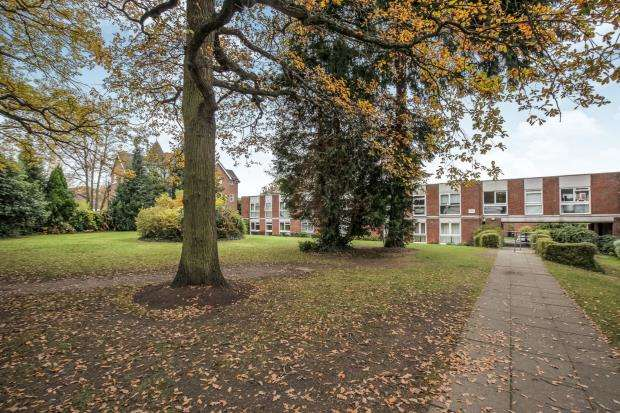 2 Bedrooms Flat for sale in West Byfleet, Surrey, .