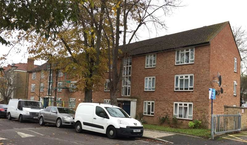 2 Bedrooms Ground Flat for sale in Russell Court, Hopton Road, Streatham, London, SW16 2ER