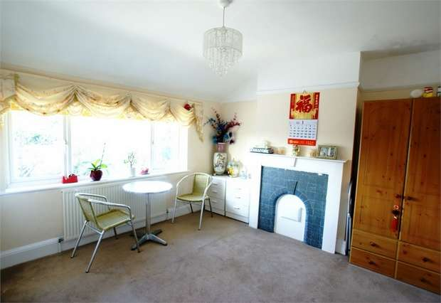1 Bedroom Flat for sale in Molesey Road, Hersham, WALTON-ON-THAMES, Surrey