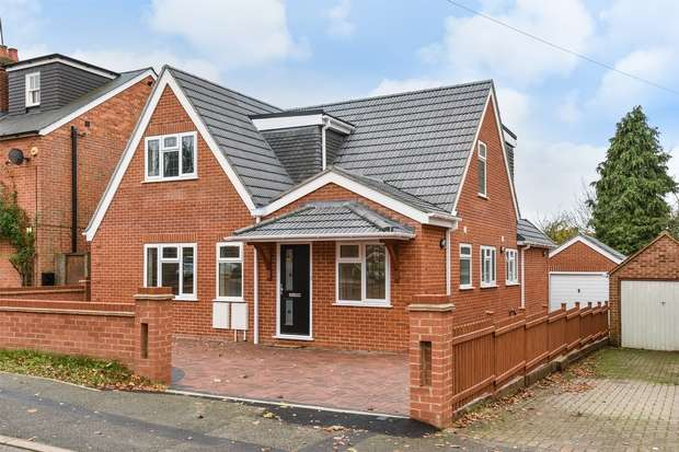 4 Bedrooms Detached House for sale in Pinewood Avenue, CROWTHORNE, Berkshire
