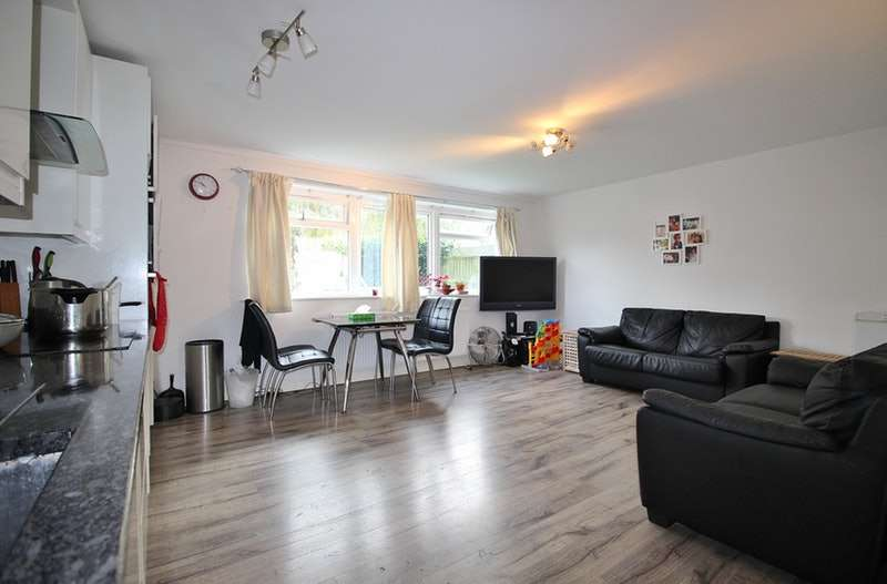 2 Bedrooms Flat for sale in Hutton Grove, London, Middlesex, N12