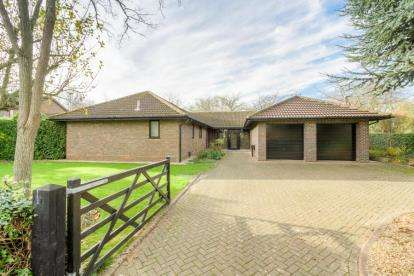 5 Bedrooms Bungalow for sale in Millhayes, Great Linford, Milton Keynes