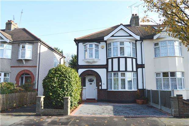 3 Bedrooms Semi Detached House for rent in Fairkytes Avenue, Hornchurch