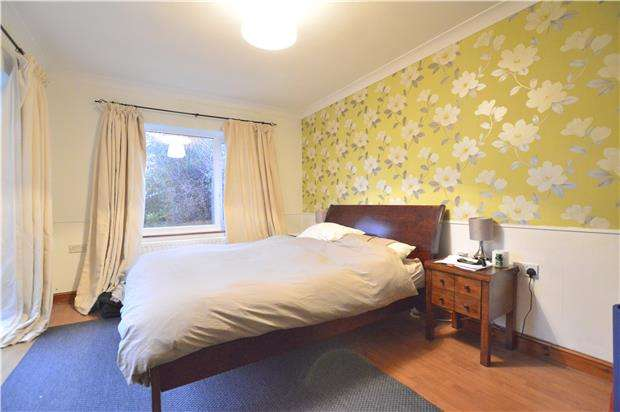 4 Bedrooms Semi Detached House for rent in Lechford Road, HORLEY, Surrey, RH6