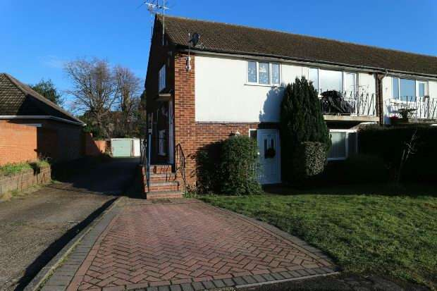 2 Bedrooms Maisonette Flat for rent in Selsdon Avenue, Woodley, RG5 4PQ
