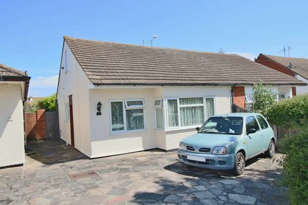 2 Bedrooms Bungalow for sale in Bohemia Chase, Leigh-on-Sea, SS9