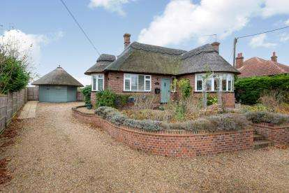 3 Bedrooms Bungalow for sale in Blofield, Norwich, Norfolk