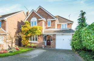 4 Bedrooms Detached House for sale in Barnfield Close, Horns Cross, Greenhithe, Kent
