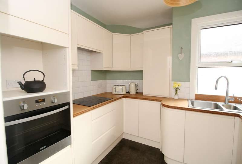2 Bedrooms Maisonette Flat for sale in Pinner Hill Road, Pinner, London, HA5