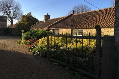 2 Bedrooms Bungalow for rent in Pound Hill Cottage