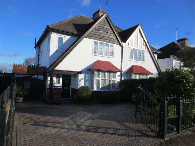 3 Bedrooms Semi Detached House for rent in Bridgewater Drive, Westcliff on sea, Essex. SS0 0DX