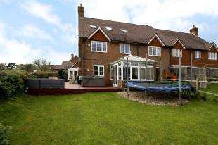 4 Bedrooms End Of Terrace House for sale in Peppersgate, Lower Beeding, Horsham, West Sussex
