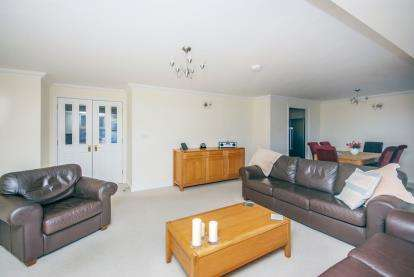 3 Bedrooms Flat for sale in Medina Gardens, Cowes, Isle Of Wight