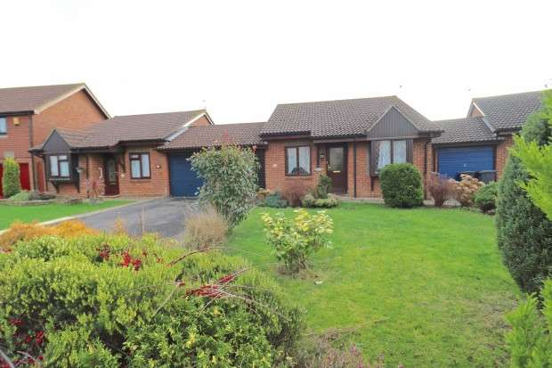 2 Bedrooms Bungalow for sale in Knights Garden, Hailsham, BN27