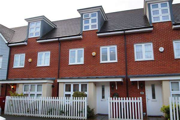 4 Bedrooms Terraced House for sale in Bantry Road, Cippenham, Slough