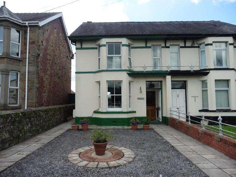 3 Bedrooms Semi Detached House for sale in 8 Heol Cennen , Ffairfach, Llandeilo, Carmarthenshire.