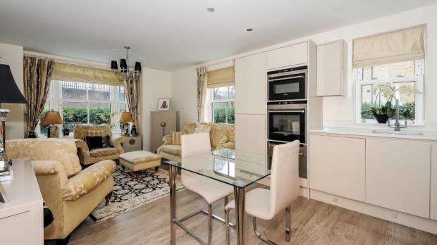 2 Bedrooms Apartment Flat for sale in Bonham Court, 139 St. Leonards Road, Windsor