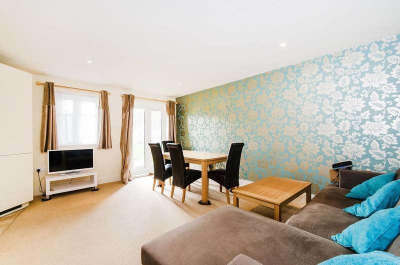 2 Bedrooms Flat for rent in Elm Park Road, Pinner, HA5