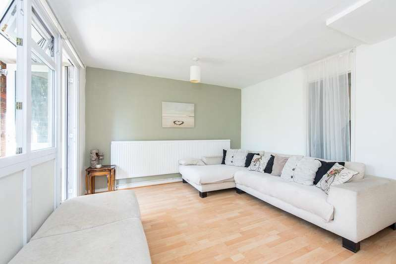 3 Bedrooms Flat for sale in Pump Close, Northolt