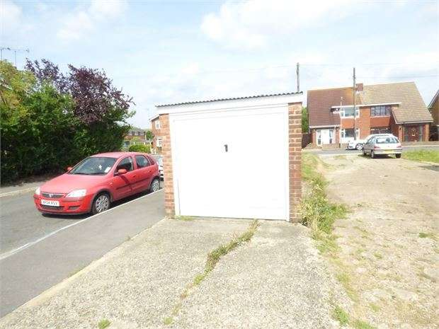 Property for rent in Lyndene, Benfleet, Benfleet, SS7 4DZ