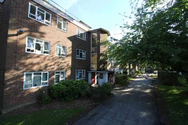 3 Bedrooms Flat for sale in Thornton Gardens, London, Greater London, SW12 0LQ