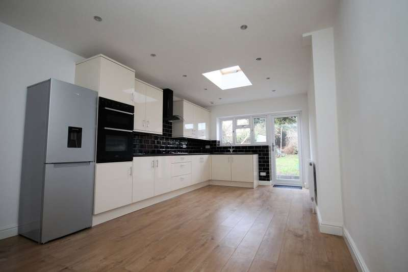 3 Bedrooms Property for rent in The Drive, Collier Row, Romford, RM5