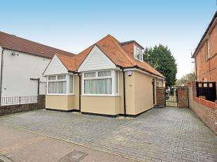 4 Bedrooms Bungalow for sale in Malthouse Road, Southgate, Crawley, West Sussex