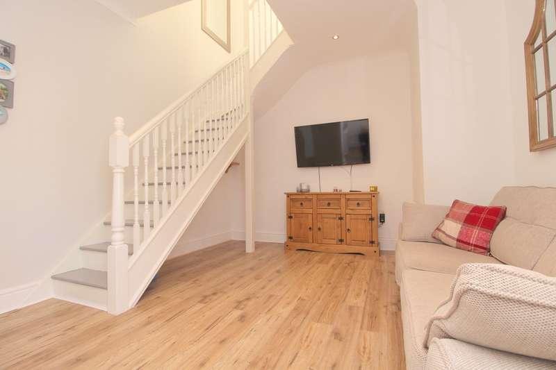 2 Bedrooms Maisonette Flat for sale in Coleridge Road, Ashford, TW15