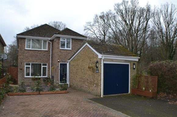 3 Bedrooms Detached House for sale in Droxford Crescent, Tadley