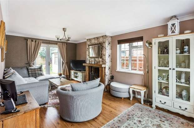 3 Bedrooms End Of Terrace House for sale in Newlands Close, Hersham, WALTON-ON-THAMES, Surrey