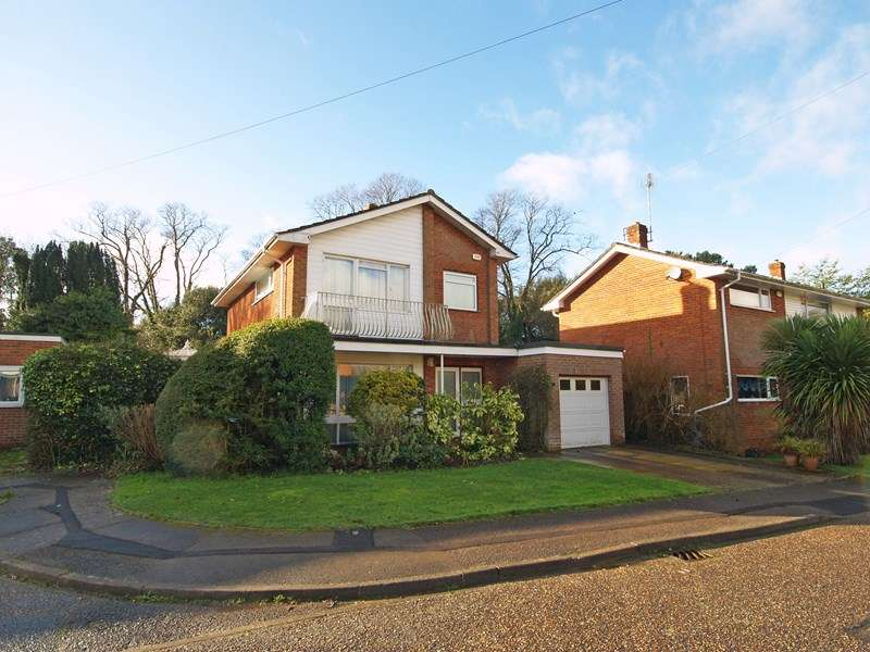 3 Bedrooms Detached House for sale in Abbots Close, Highcliffe, Christchurch