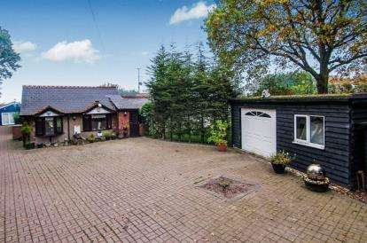 3 Bedrooms Bungalow for sale in Rettendon Common, Chelmsford, Essex