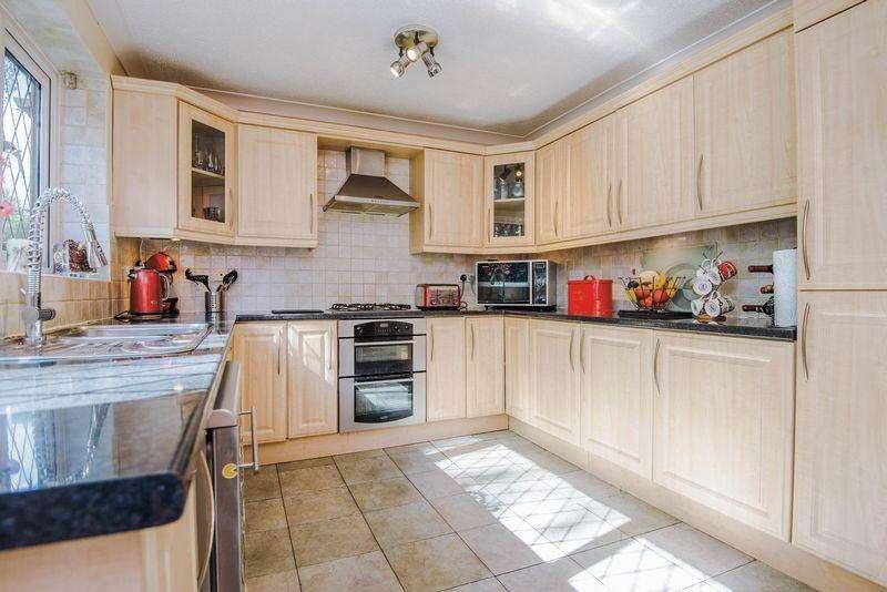 4 Bedrooms Detached House for sale in Fernbank Close, Heathfield