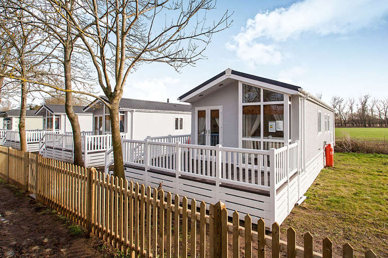 2 Bedrooms Detached Bungalow for sale in Hampstead Lane, Yalding, Maidstone, ME18