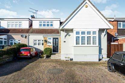 3 Bedrooms Bungalow for sale in Harold Hill, Romford, Havering