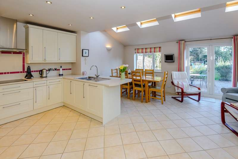 3 Bedrooms Semi Detached House for sale in Criss Grove, Chalfont St Peter, Gerrards Cross, SL9