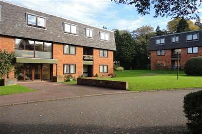 3 Bedrooms Flat for rent in The Lindens, Farnham