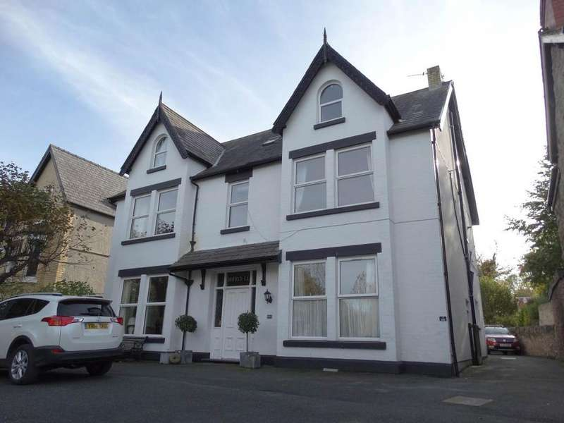 4 Bedrooms Maisonette Flat for sale in 200 Abergele Road, Old Colwyn, LL29 8AN